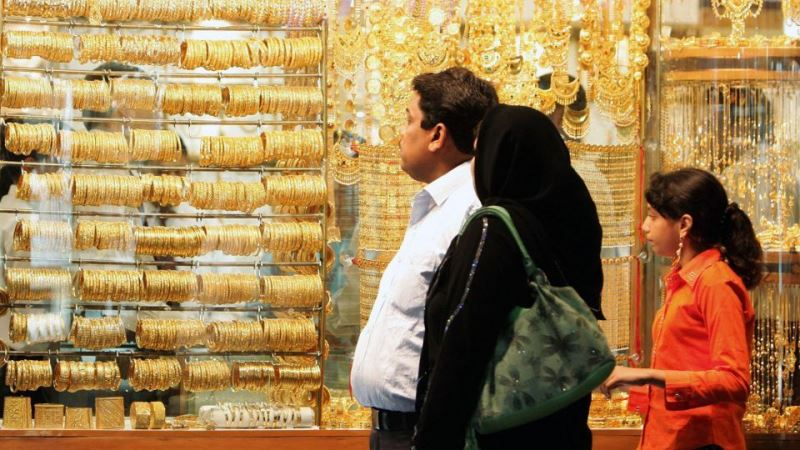Gold price takes another dip in Pakistan  - SAMAA