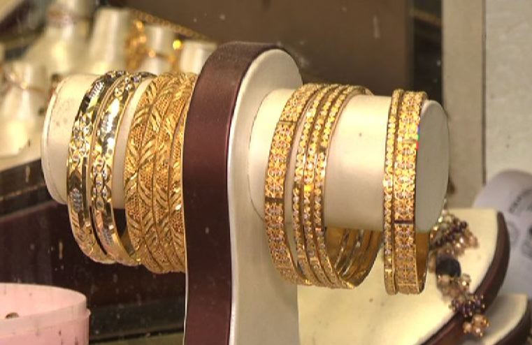 Pakistan gold price falls by another Rs2,600  - SAMAA